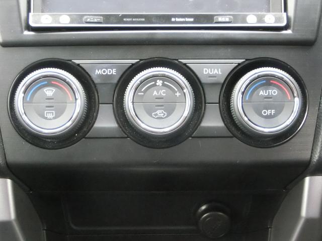 左右独立式オートエアコンです。運転席、助手席とバラバラに温度調整が可能です。