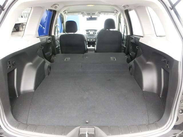 リヤシートを全て倒せば仮眠ができそうなくらいの大きなスペースに!