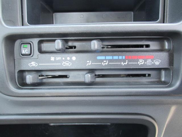 マニュアルエアコン装備。