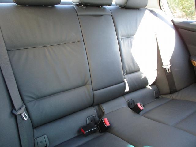 5ドアで、後部座席の乗り降りも楽チンで、ゆったりとしたシートです。
