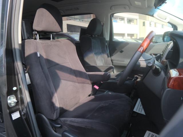 ブラックを基調としたスタイリッシュな内装です。シートの状態も良く、内装もきれいです。
