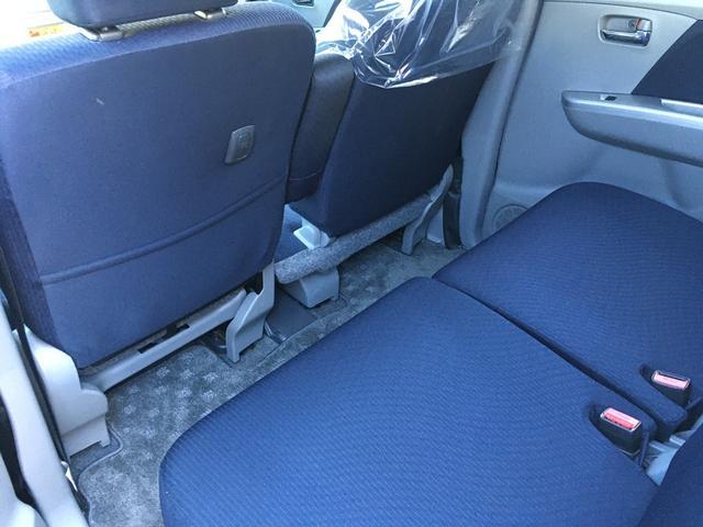 広々としたベンチシートです。アームレストもありゆったり運転できます。シート状態も良くきれいです。