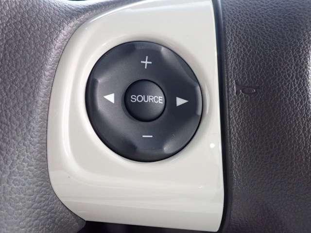 ステアリングにオーディオ操作スイッチが付いてます。操作に手を離さずボリュームやソースを選べますよ。