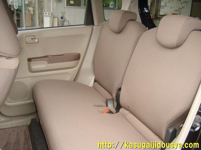 リアシートの写真です。ごくごく一般的なベンチタイプのシートになっています。ご存知の通りですが、軽自動車ですので、2人掛けのシートになります。3人は乗れませんので注意してくださいね。(@_@)