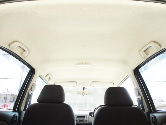 車内の写真になります。写真ですのでうまく伝わらない部分かと思いますが、雰囲気だけでも感じていただければと思います。軽自動車ですが、天井は低くはなく、圧迫感なく乗っていただけるお車だと思いますよ。