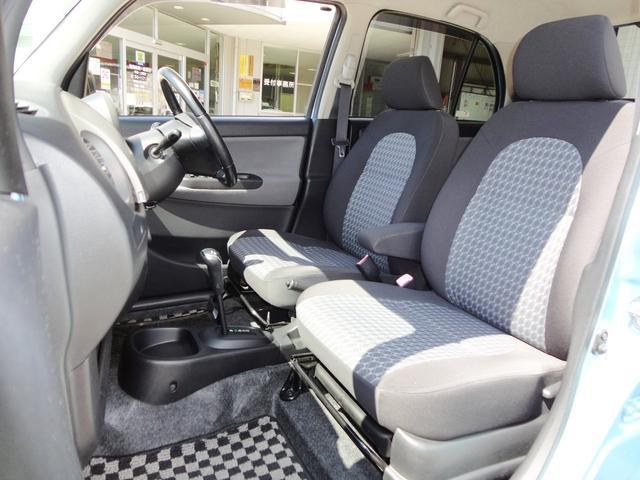 フロントシートの写真になります。フロントシートはセパレートタイプになっています。パーソナルスペースがはっきりしたタイプになります。シート柄もおしゃれな感じでテンションも上がってきますね。