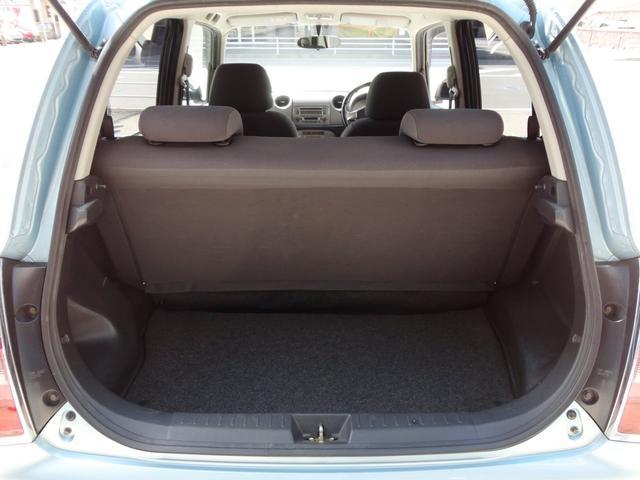 リアドアを開けますとこのような感じで荷室スペースがあります。軽自動車になりますので、広いとは言えませんが、そこそこのサイズ感だと思います。高さも利用してうまく使っていただければと思います。