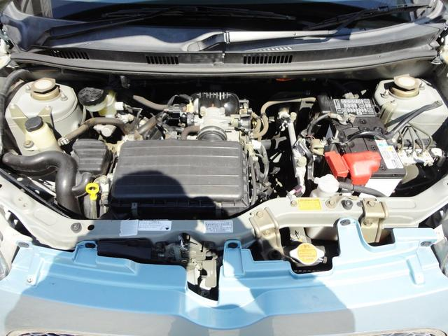 エンジンルームの写真になります。エンジンルームもクリーニングしていますよ。エンジンルームはあまり見る機会のない場所だとは思いますが、とっても重要な機関になります。エンジンオイルの色と量は要注意ですよ。