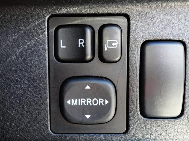 車内の中からサイドミラ-関係もボタン1つで操作可能ですよ。サイドミラ-の開閉に、左右選択、サイドミラ-のミラ-角度調整がボタン1つでできちゃいますよ。ミラ-の角度は運転しやすい角度に調整しましょうね。