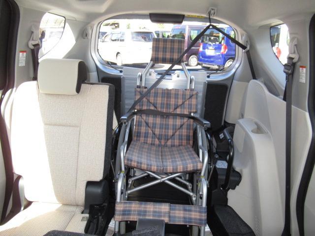 介助の方がすぐ隣に乗車できるので、車いすの方も安心です。