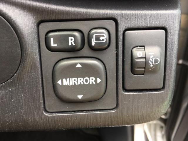 サイドミラーの調節です。電動で格納も可能です。右側のスイッチでライトの高さ調節ができます。お試し下さい。
