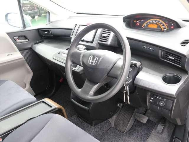 インパネシフトの採用により運転席から助席への移動が簡単に出来ます。狭い駐車場でも助席からの乗り降りが可能です。