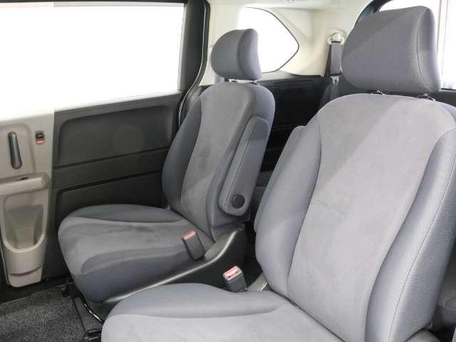 2列目キャプテンシートは、アームレスト付きで長距離ドライブも楽チンです!