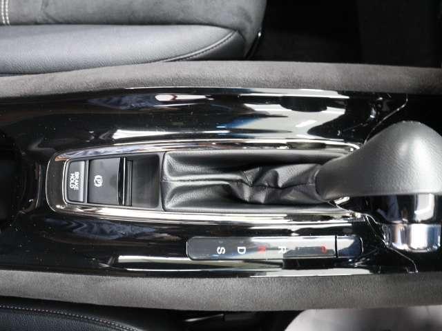 電子制御のパーキングブレーキと、信号待ちや渋滞に便利なオートブレーキホールドを装備しております。ブレーキペダルから足を離しても自動的に停車状態を保持してくれる便利な機能です
