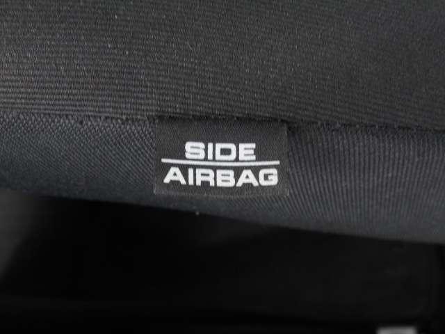 万一の側面衝突に備えて、胸部へのダメージを軽減するサイドエアバッグを装備