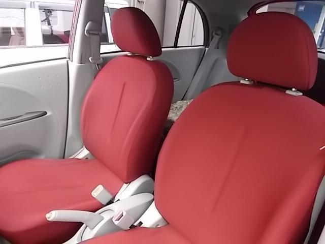 車内薄いグレー系を基調としたオシャレな赤系シート