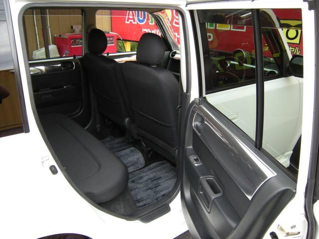 女性ワンオーナー車で、後部座席まわりも、気になる汚れやシミなどなく、とてもキレイに保たれています。後部座席スペースは、とても広く開放感もあり、大人の方でもゆったりとリラックスしてご乗車いただけます!