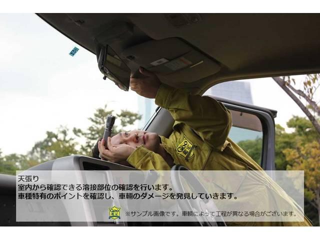 【車両の状態は、専門家でなければ、なかなか分かりにくいものです】 ※室内から確認できる溶接部位の確認を行います。車種特有のポイントを確認し、車両のダメージを発見していきます。