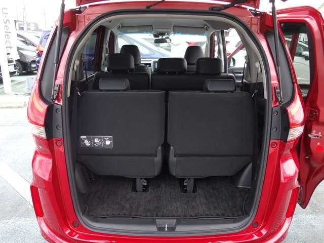 リアシートの後ろにはラゲッジスペースが確保されています、フル人数乗車時でも荷物を積むスペースが確保されていますので安心です!