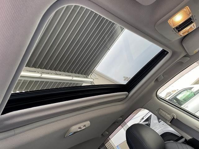 開放感あふれるドライブをお楽しみいただけるサンjルーフを装備。天気の良い日にサンルーフを開けてドライブをすると気分も高まりますよね。景色が楽しめたり、開放感が楽しめます。また換気もできて便利。