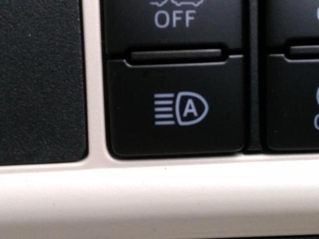 行車または対向車や周囲の明るさなどに応じ、自動的に上向きと下向きを切り替えます。
