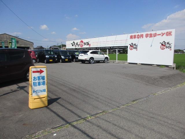 大型の駐車スペースを確保しております。向かいに第2駐車場もございます。