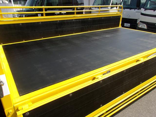 荷台の床は木床です。鉄板敷き等の架装もいたします。お気軽にお問い合わせください。