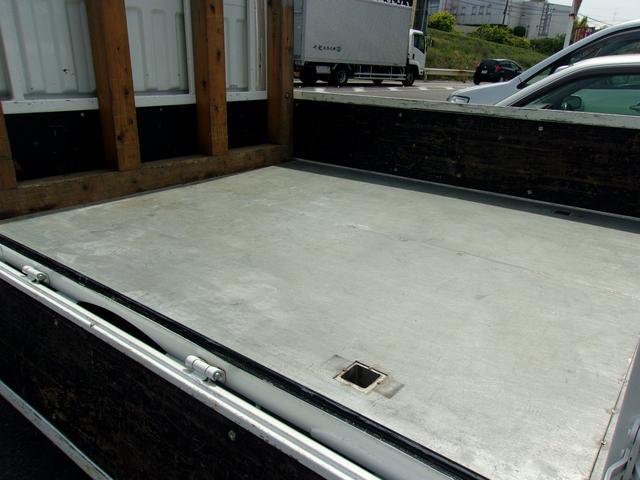 荷台は鉄板張りにて、純正の木床をカバー、強化しております。