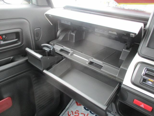 充実の助手席収納!薄型のボックスティッシュを収納できるスペースもございます☆