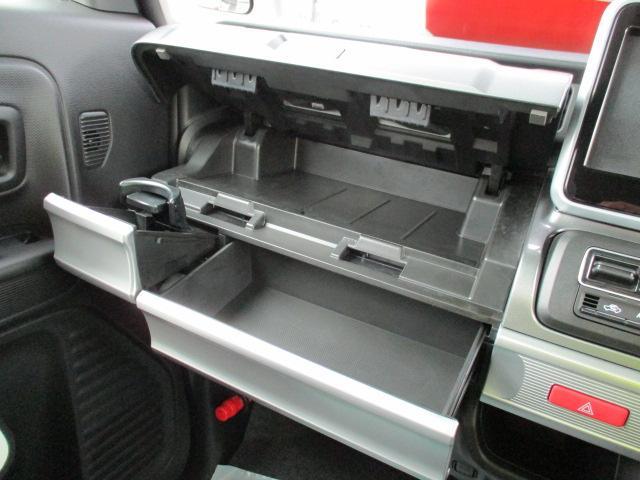 充実の助手席収納!ボックスティッシュを収納できるスペースも用意しております☆