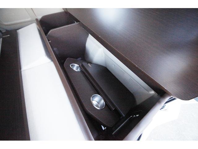 運転席側の収納にはテーブルをしまうことも出来ます。