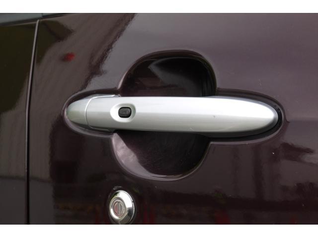 ドアの開け閉めはスマートキーならではのボタンタイプです!ポケットから出す必要もないので楽々ですね!