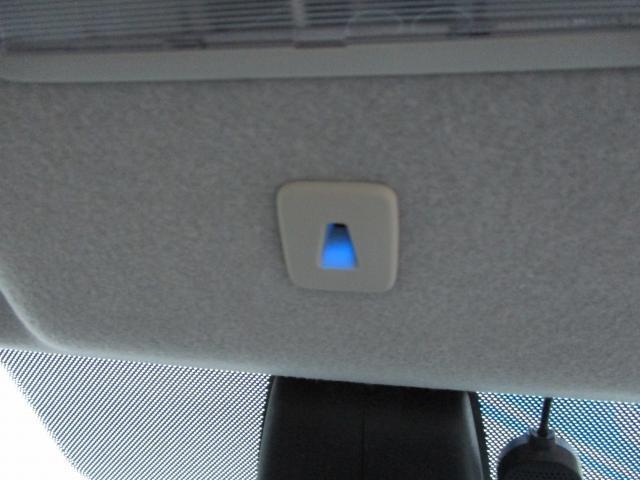 ダウンライトが装備され、夜間に青色の光がやさしくコンソールを照らします。