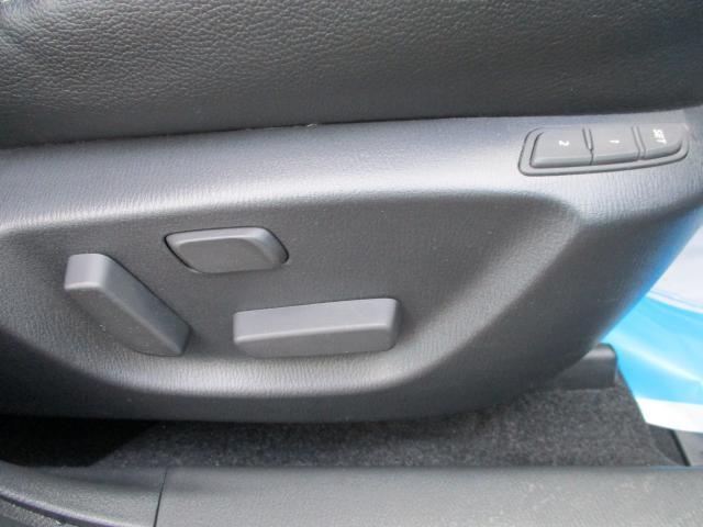 運転席は電動シートになっています。細かく調整ができ、2パターン記憶ができて、クルマのシェアがしやすいです。