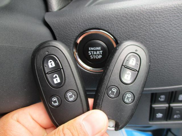 便利なスマートキータイプです。エンジンスタート時はプッシュでOK。電スラもキーレスで開け閉め可能です。