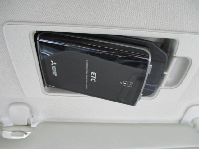 バイザー裏にすっきり収納されたETC。バイザーで隠せるので盗難防止にも繋がります。