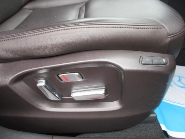 電動シートになっており、細かく調整できます。2パターンシート位置を記憶でき車のシェアしやすいです。