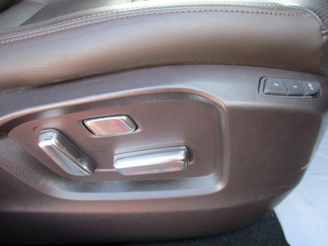運転席、助手席とも電動シートになっておりシートポジションを細かく調整しやすい。運転席はシートポジションを2パターン記憶も可能