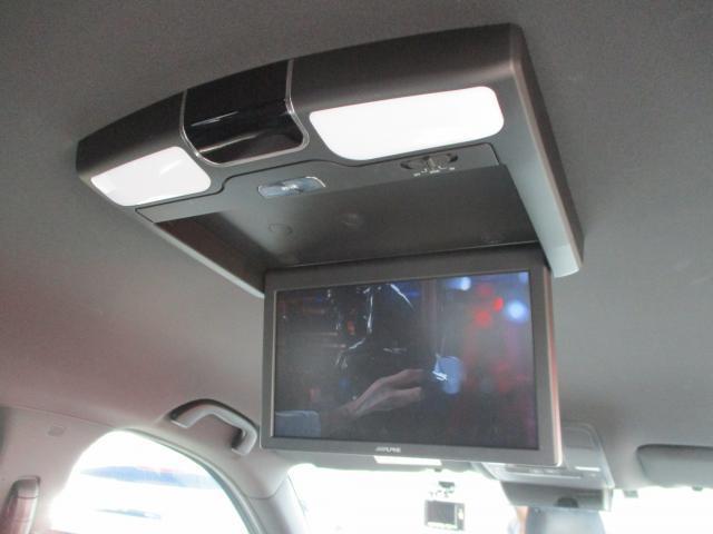 リアシートモニターは付いて嬉しい装備NO,1ではないでしょうか?後ろの席の方もテレビやDVDが視聴でき、高額なオプションなので付いている中古車も少ないですよ♪
