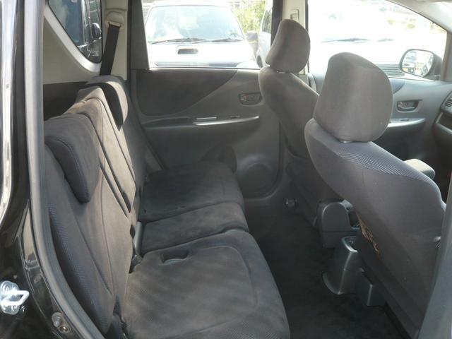 リヤシート☆肘掛つき背もたれも調整出来て長距離ドライブも楽々です!