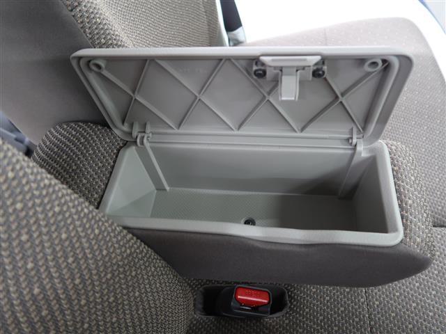 前席のセンターアームレストは収納スペースにもなっています。ドライブ中に必要なサングラスなどを収納していただくの便利だと思いますよ。