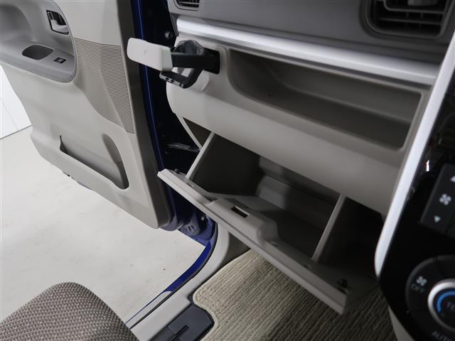 助手席前にはいろんな物が収納できるグローブボックスも付いております。