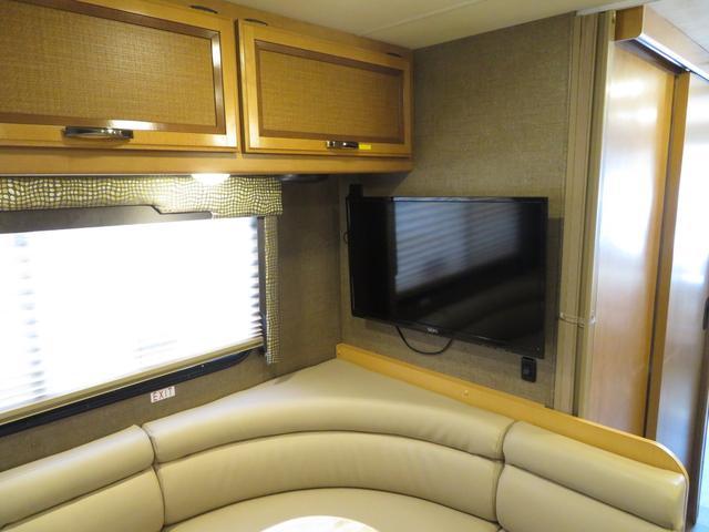 リアには大型のTVを装備しております。