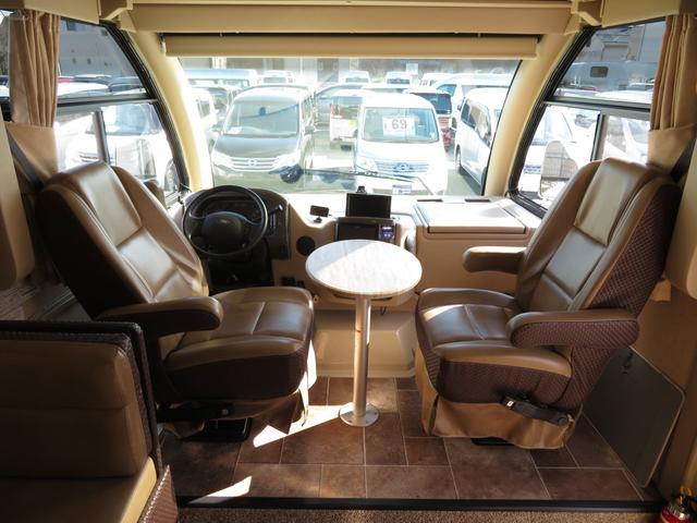 運転席、助手席間にもテーブルを作れます♪