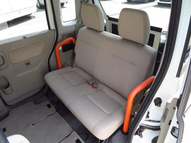乗車定員4名! 2列目シートを前方に倒すと、車いすの方のスペースに変わります。
