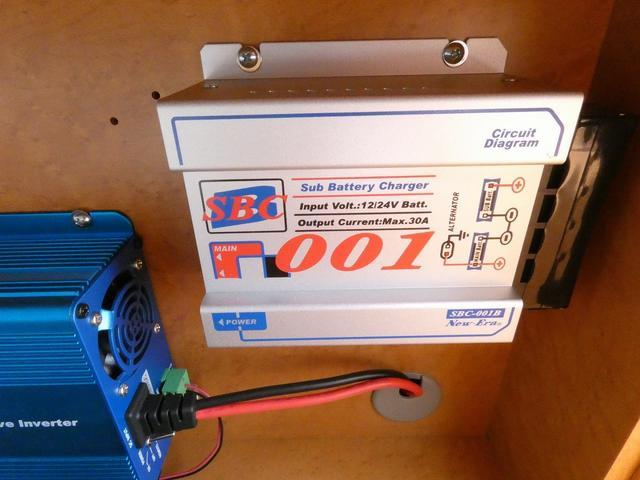 ダイハツクラフト製 楽旅 サブバッテリー 走行充電 インバーター350W カーテン ベッドキット ナビ バックカメラ ETC 切り替え4WD パワーミラー(19枚目)