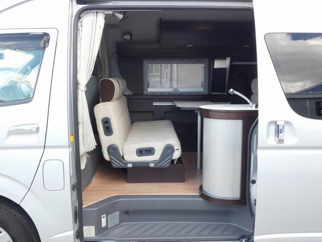 トイファクトリー製バーデン 8ナンバーキャンピングカー サブバッテリー 走行充電 外部充電 インバーター シンク 冷蔵庫 常設ベッド オプション延長ベッド 出窓仕様 断熱(2枚目)