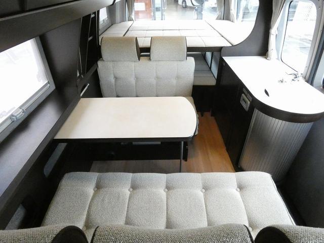 トイファクトリー製バーデン 8ナンバーキャンピングカー サブバッテリー 走行充電 外部充電 インバーター シンク 冷蔵庫 常設ベッド オプション延長ベッド 出窓仕様 断熱(4枚目)