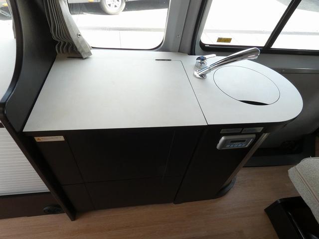 トイファクトリー製バーデン 8ナンバーキャンピングカー サブバッテリー 走行充電 外部充電 インバーター シンク 冷蔵庫 常設ベッド オプション延長ベッド 出窓仕様 断熱(9枚目)