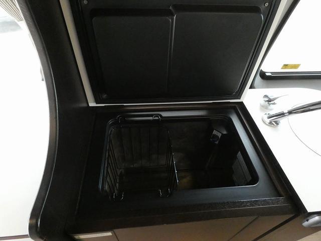トイファクトリー製バーデン 8ナンバーキャンピングカー サブバッテリー 走行充電 外部充電 インバーター シンク 冷蔵庫 常設ベッド オプション延長ベッド 出窓仕様 断熱(10枚目)